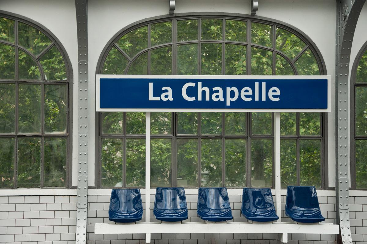 Foto der Haltestelle La Chapelle der Pariser Métro. Die Werbeagentur métro7 aus Basel mit Ihren sieben Haltestellen, bringt Ihre Kunden zum entsprechenden Ziel.